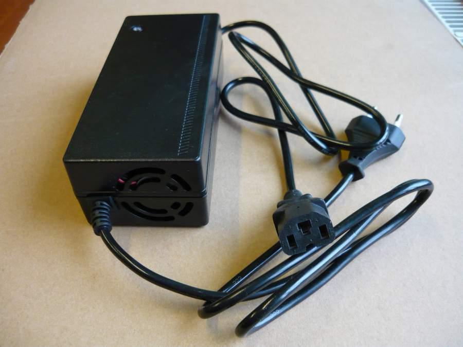 Akkumulátor töltő 48V, elektromos kerékpárhoz