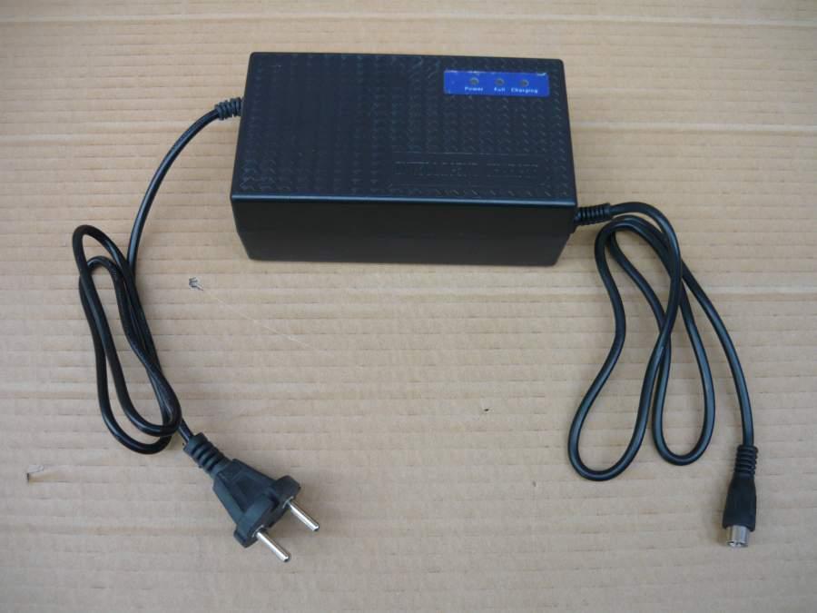 Akkumulátor töltő 36 V , jack csatlakozóval